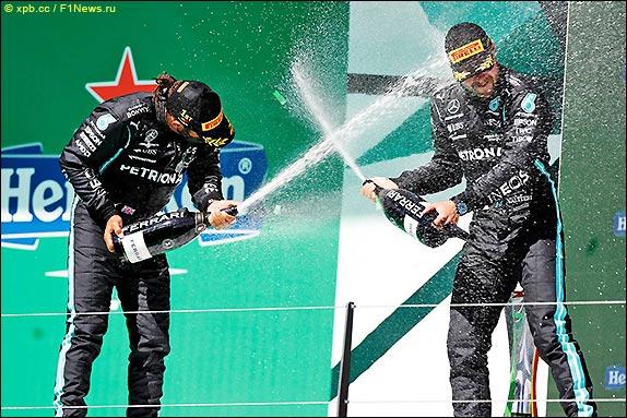 Подиум Гран При Португалии 2021. Льюис Хэмилтон и Валттери Боттас.