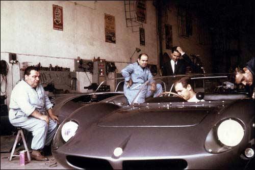 Медардо (крайний слева) и Джино Фантуцци наблюдают за работой сотрудников Carrozeria Fantuzzi