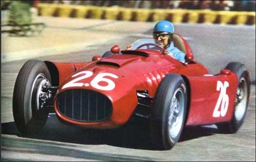 Альберто Аскари за рулем Lancia D50 на Гран При Монако 1955 года. Та гонка завершилась для итальянца купанием в гавани