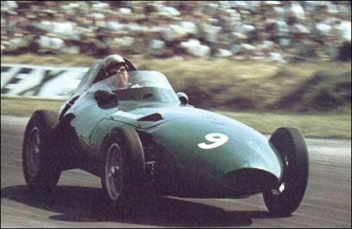 Стюарт Льюис-Эванс за рулем Vanwall на пути к четвертому месту в Гран При Великобритании 1958 года