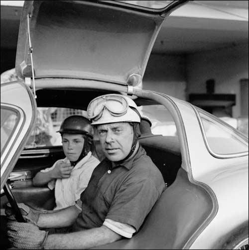 Рудольф Уленхаут вместе со своим сыном за рулем Mercedes 300SLR, созданного немецким конструктором