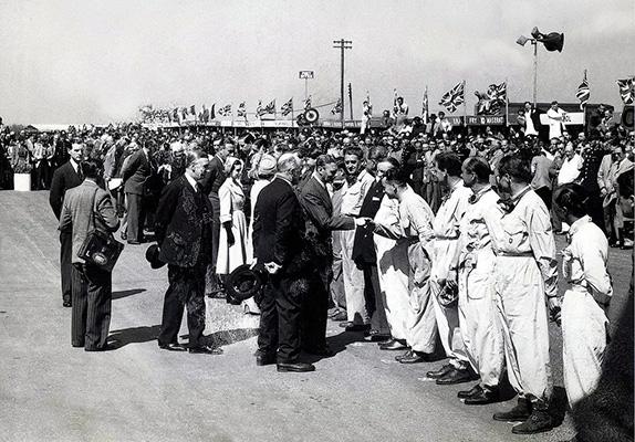 Король Георг VI встречается с гонщиками на Гран При Великобритании 1950 года, первой гонке в истории чемпионатов мира Формулы 1