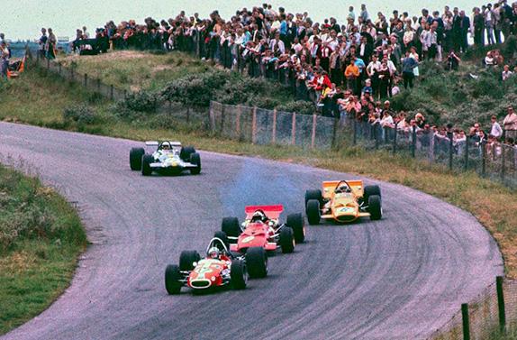 Сильвио Мозер, Крис Эймон, Брюс Макларен и Джек Брэбэм ведут борьбу на Гран При Нидерландов 1969 года