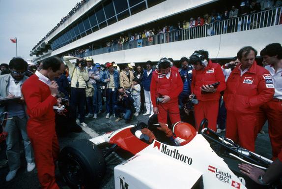 Джон Барнард, Стив Николс и Рон Деннис возле машины Ники Лауды на Гран При Франции 1983 года