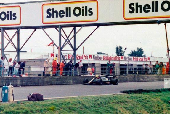 Айртон Сенна останавливается на стартовой прямой на Гран При Великобритании 1985 года