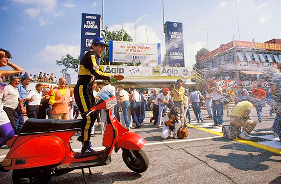Айртон Сенна празднует подиум на Гран При Италии 1985 года