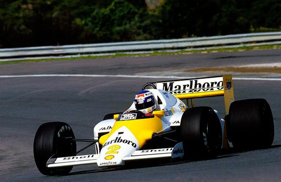 Кеке Росберг проводил Гран При Португалии на машине в необычных цветах, рекламируя одну из марок сигарет Marlboro