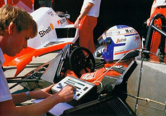 Ален Прост в боксах McLaren на Гран При Сан-Марино 1986 года