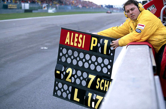 Механик Алези сообщает ему отрыв от преследователей на Гран При Европы 1995 года. Фото Ferrari