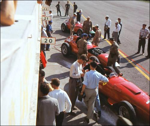 Машины Ferrari на пит-лейн в Монце, 1957 год