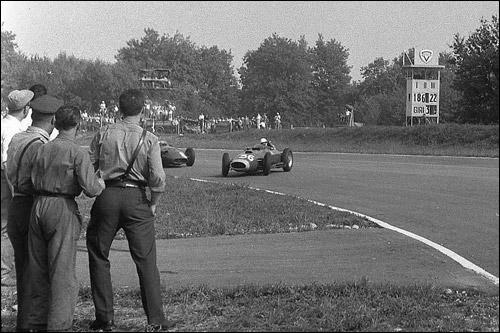 Ferrari Вольфганга фон Трипса заносит в одном из поворотов
