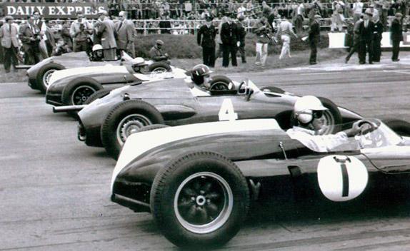Первый ряд стартового поля Гран При Великобритании 1960 года: Брэбэм, Хилл, Макларен, Боньер