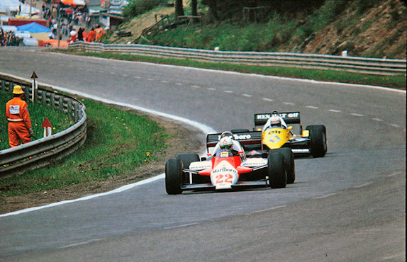 Ален Прост преследует Андреа де Чезариса на Гран При Бельгии 1983 года