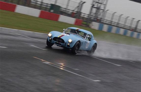 Дженсон Баттон за рулём AC Cobra на тестах в Донингтоне