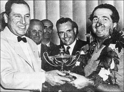 Хуан Перон вручает Альберто Аскари приз за победу в Гран При Аргентины 1953 года