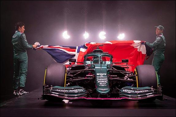 Себастьян Феттель и Лэнс Стролл стянули с AMR21 британский флаг – и публика увидела эффектную зелёную машину