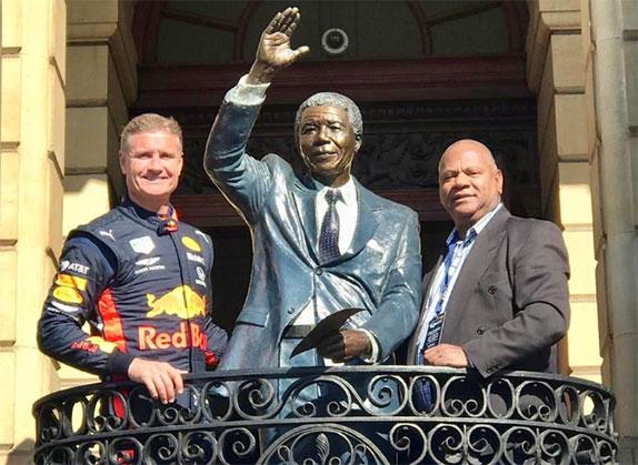 Дэвид Култхард в компании мэра Кейптауна и статуи Нельсона Манделы