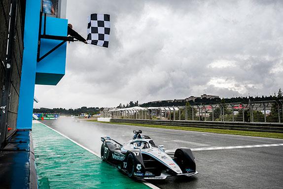 Ник де Вриз одержал неожиданную победу на залитой дождём трассе в Валенсии