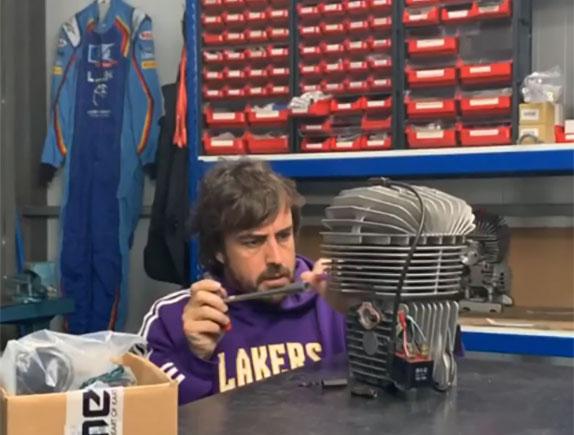 Фернандо Алонсо занимается восстановлением старого двигателя