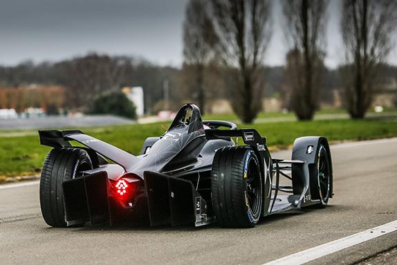 Новая машина Формулы E впервые выехала на трассу