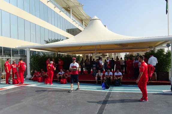 Технический персонал Ferrari и Alfa Romeo ожидает окончания комендантского часа