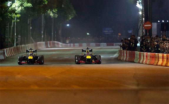 Машины Red Bull Racing на импровизированной трассе в Ханое