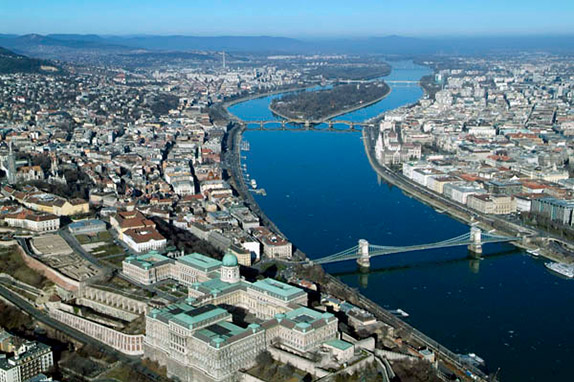 Будапешт возник из двух городов по разные стороны Дуная: слева Буда, справа Пешт