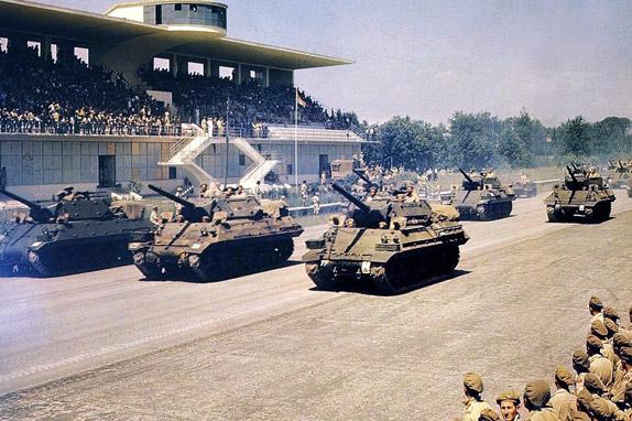 Парад союзных войск на автодроме в Монце в 1945 году