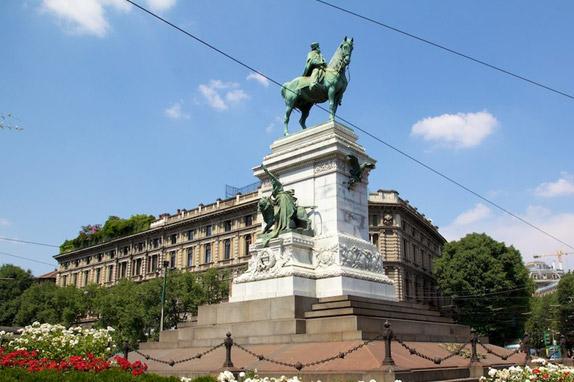 Памятник Джузеппе Гарибальди на площади перед часовней Сфорца в Милане