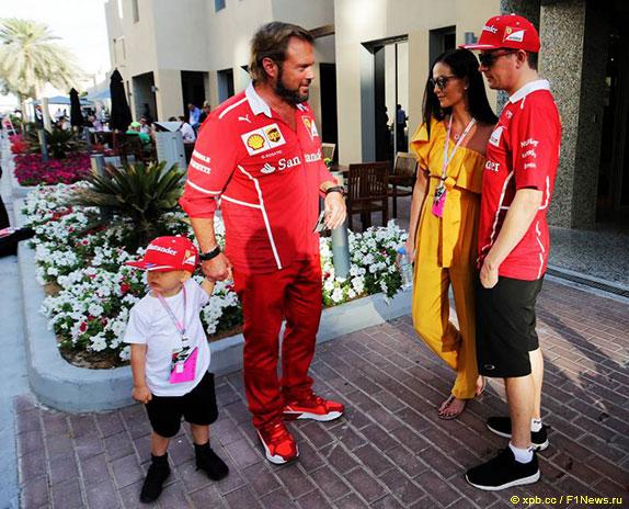 Кими Райкконен, его супруга Минтту, Джино Розато, менеджер Ferrari и крёстный отец Робина, сына Кими