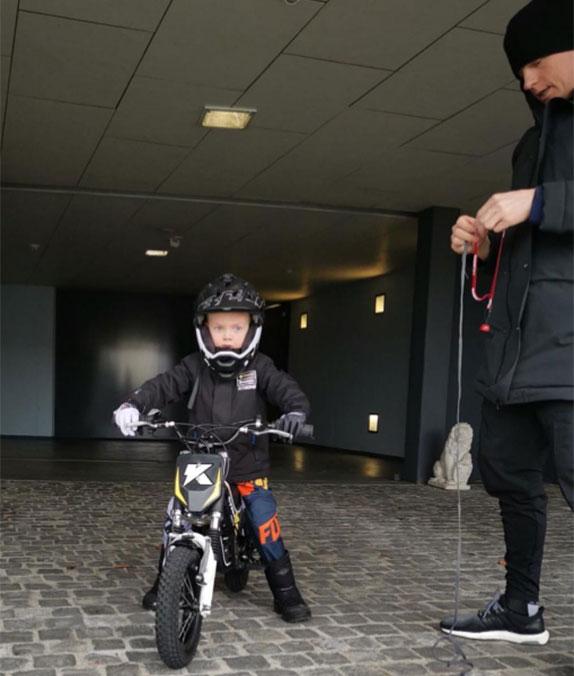 Робин Райкконен в седле детского кроссового мотоцикла