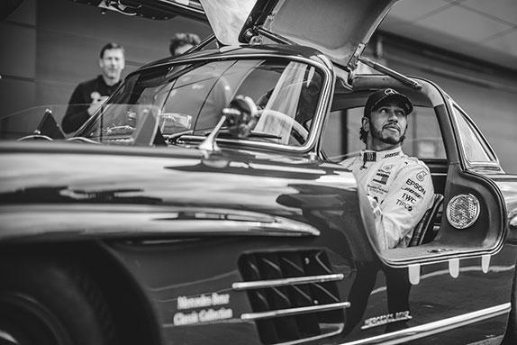 Льюис Хэмилтон за рулём классического Mercedes 300 SL Gullwing