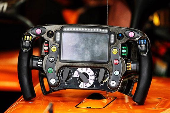 Руль от прошлогодней машины McLaren MCL33