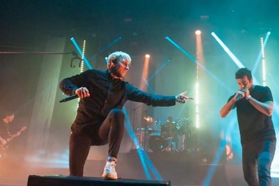 Даниэль Риккардо на сцене вместе с австралийской группой Parkway Drive, 2016 год