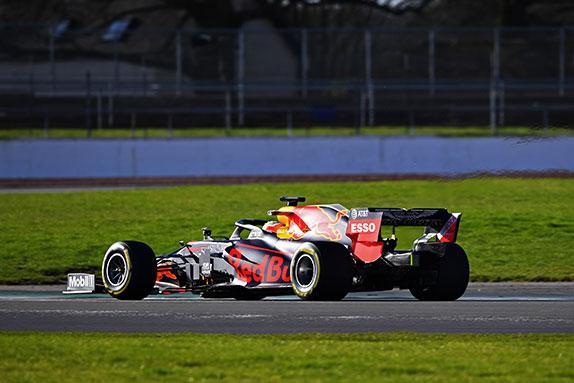 Новая машина Red Bull Racing RB16 на трассе в Сильверстоуне