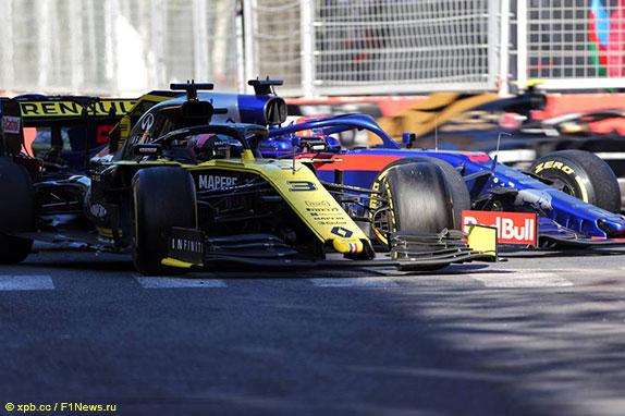 Машины Даниэля Риккардо и Даниила Квята за пределами трассы в 3-м повороте