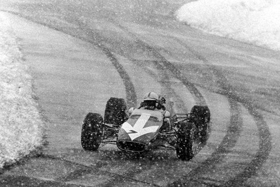 Джон Сёртиз на гонке Формулы 2 в Нюрбурге