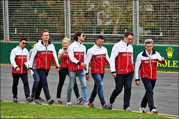 Антонио Джовинацци с командой во время прогулки на трассе