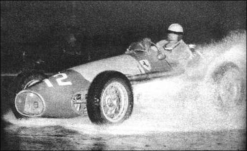 Хосе-Фройлан Гонсалес сражается с реками воды на Гран При Аргентины 1954 года
