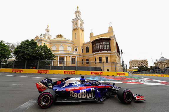 Брендон Хартли за рулём Toro Rosso на трассе в Баку