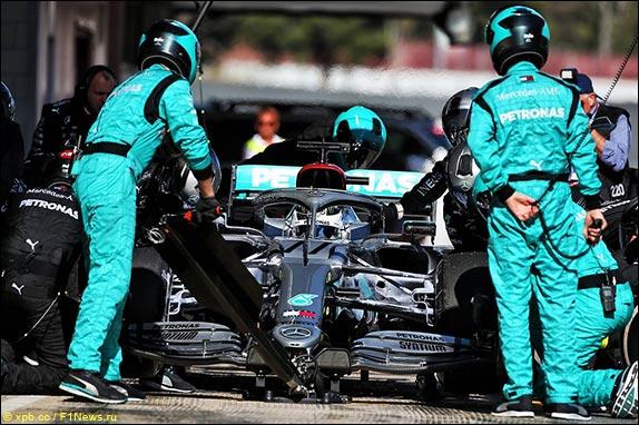 В Mercedes отрабатывают пит-стоп