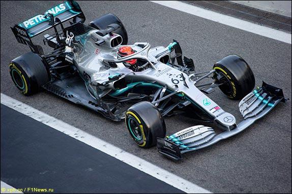 Джордж Расселл за рулём Mercedes во второй день тестов