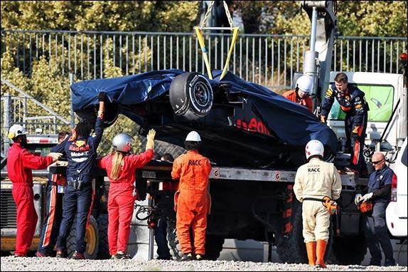 Эвакуация разбитой машины Red Bull Racing
