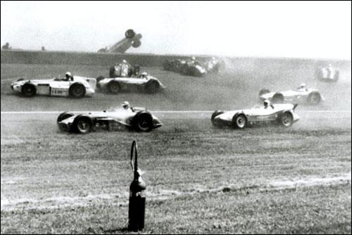 Авария на первом круге 500-мильной гонки в Индианаполисе 1958 года