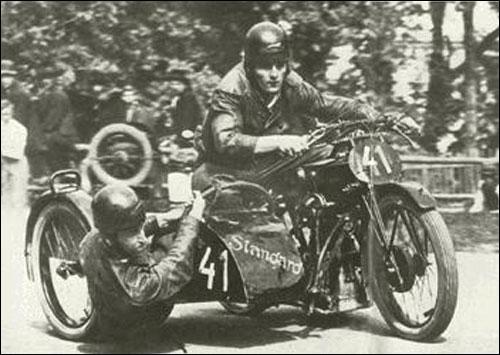 Херман Ланг на трассе мотогонок в классе трёхколёсных машин