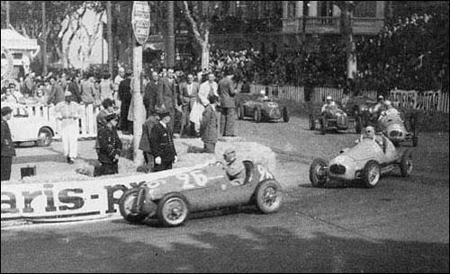Робер Манзон на Cisitalia пресленует Gordini Мориса Тринтиньяна. Гран При Руссильона 1948 года