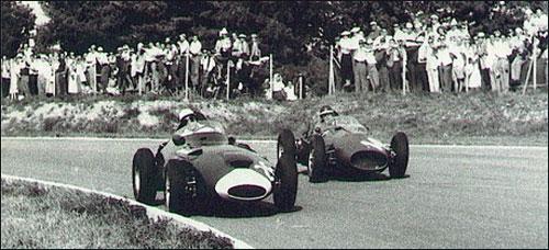 Тони Брукс обгоняет Майка Хоторна в споре за победу в Гран При Италии 1958 года