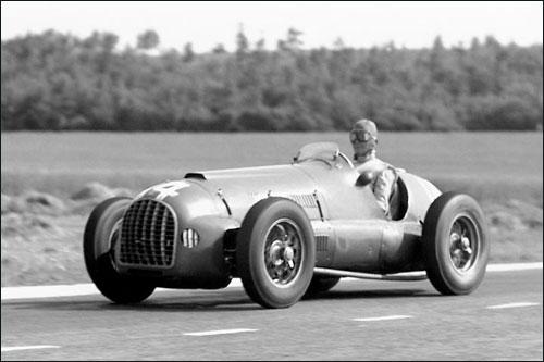 Питер Уайтхед ведет свою Ferrari 125 к третьему месту в Гран При Франции 1950 года