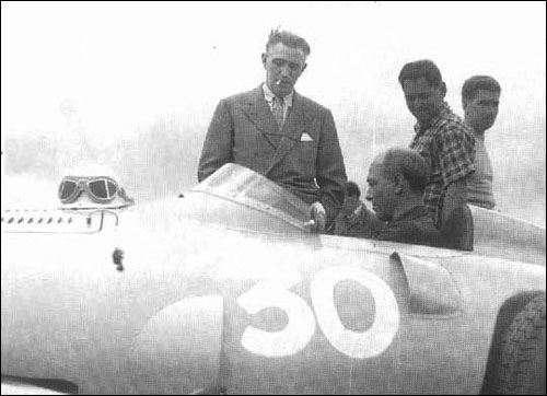 Робер Манзон с Амеде Гордини и механиками команды, 1956 год
