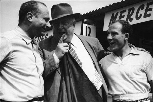 Триумфаторы Гран При Голландии 1955 года: Фанхио, Мосс и босс Mercedes Альфред Нойбауэр